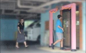 距離を取りながらホテルの出入り口へ向かう2人(新潮社。撮影・末松友幸さん)
